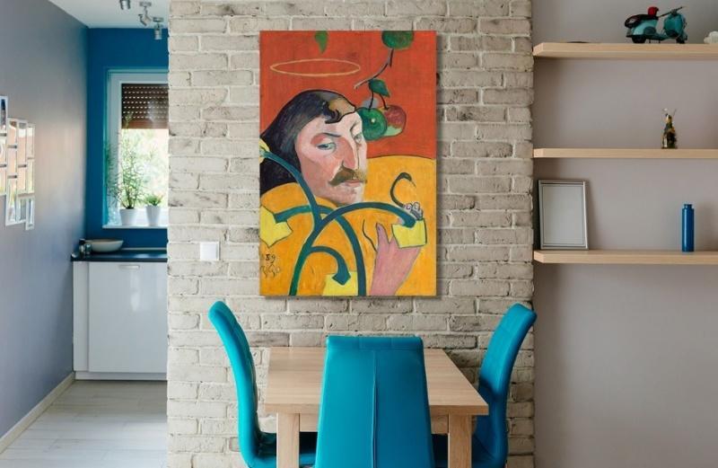 3 oblicza ceglanej ściany w towarzystwie obrazów