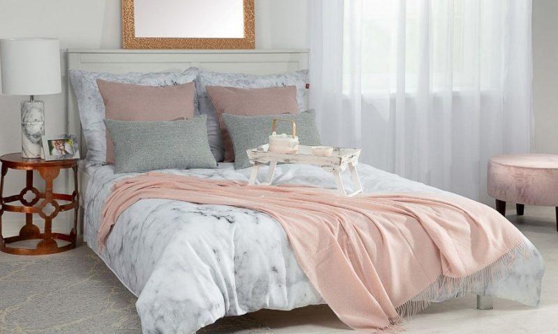 Dekoria.pl, poszewka Gabi, pled Marocco Light Pink, podnóżek okrągły z kolekcji Velvet