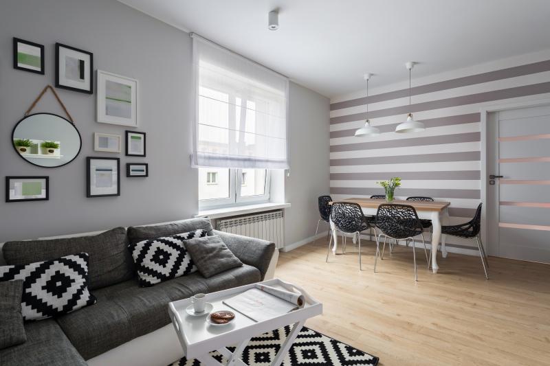 Małe mieszkania i kawalerki – na jakie barwy postawić?