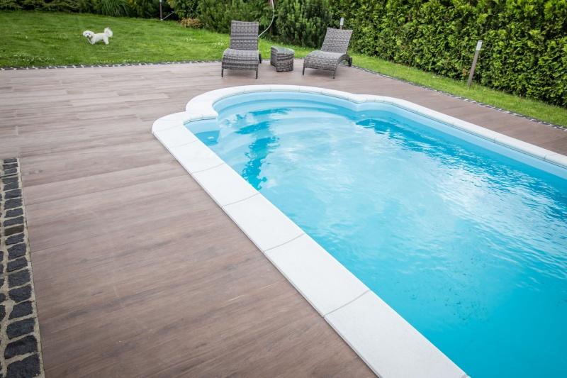 Nawierzchnia wokół basenu – na co zwracać uwagę?