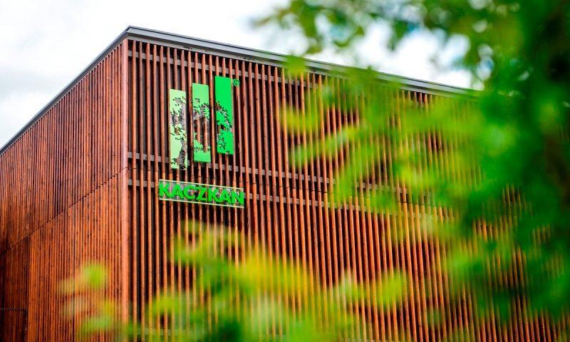 Budynek z zewnątrz nawiązuje do obróbki drewna i produkcji podłóg. Fot. Kaczkan