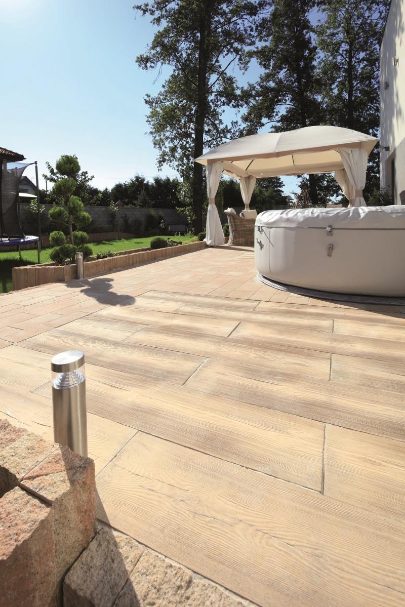 Słoneczny deptak za domem – kompozycja idealna o każdej porze roku