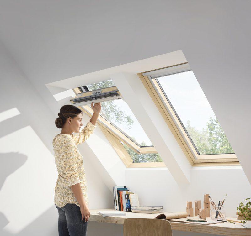 Trzyszybowe okno drewniane zgórnym otwieraniem VELUX GLL 0061